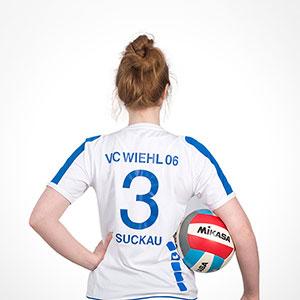Evelyn Suckau im Volleyball Trickot von VC Wiehl 06 und einem Ball unter dem Arm - Ansicht von hinten - Rückennummer 3
