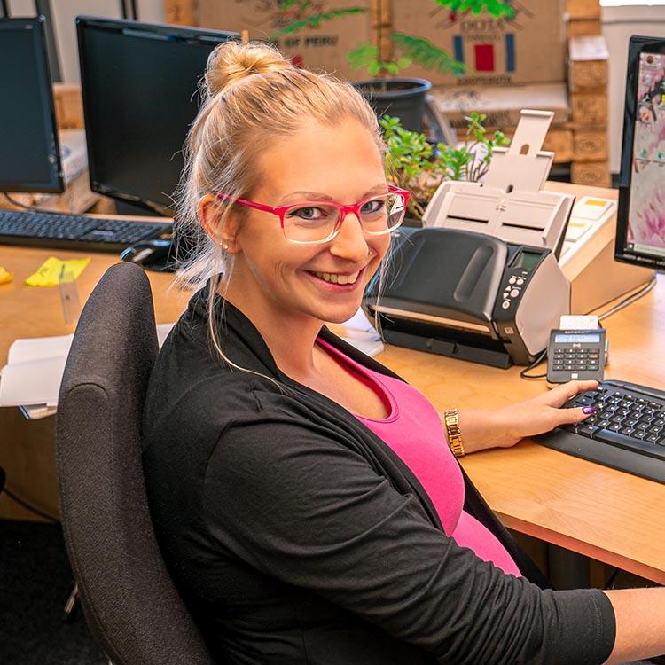 Primäres Mitarbeiterbild von unserem Office Manager - Cathrin Longerich