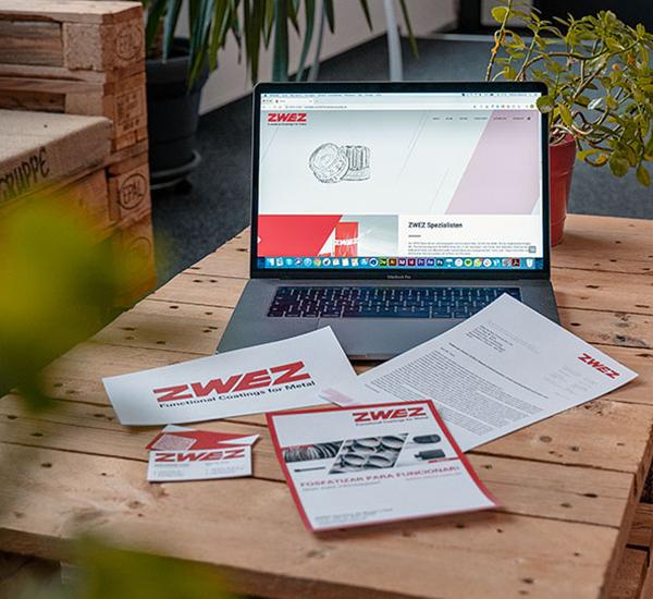 Portfolio Teaser von ZWEZ, website und Print Utensilien auf dem Tisch